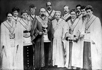 Annie Besant et plusieurs maçons du Droit Humain, in OWF https://www.owf.org.uk/about-us/history/
