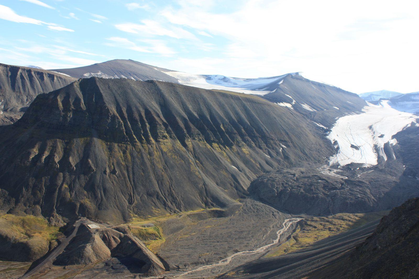 """Le glacier de Longyear, Longyearbreen, et sa moraine, vue de """"l'intérieur"""" et vue de Sverdrupshammaren (pour les incultes, la moraine, c'est le gros tas à droite devant le glacier)"""