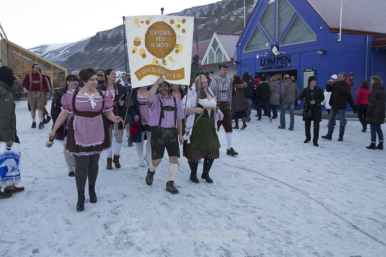 Photo du défilé (SvalbardPosten... moi je bossais à ce moment-là)... encore une preuve que le ridicule ne tue pas
