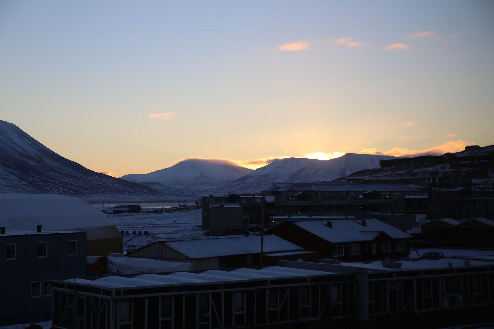 Le jour se lève sur Longyearbyen, ce matin 7h45