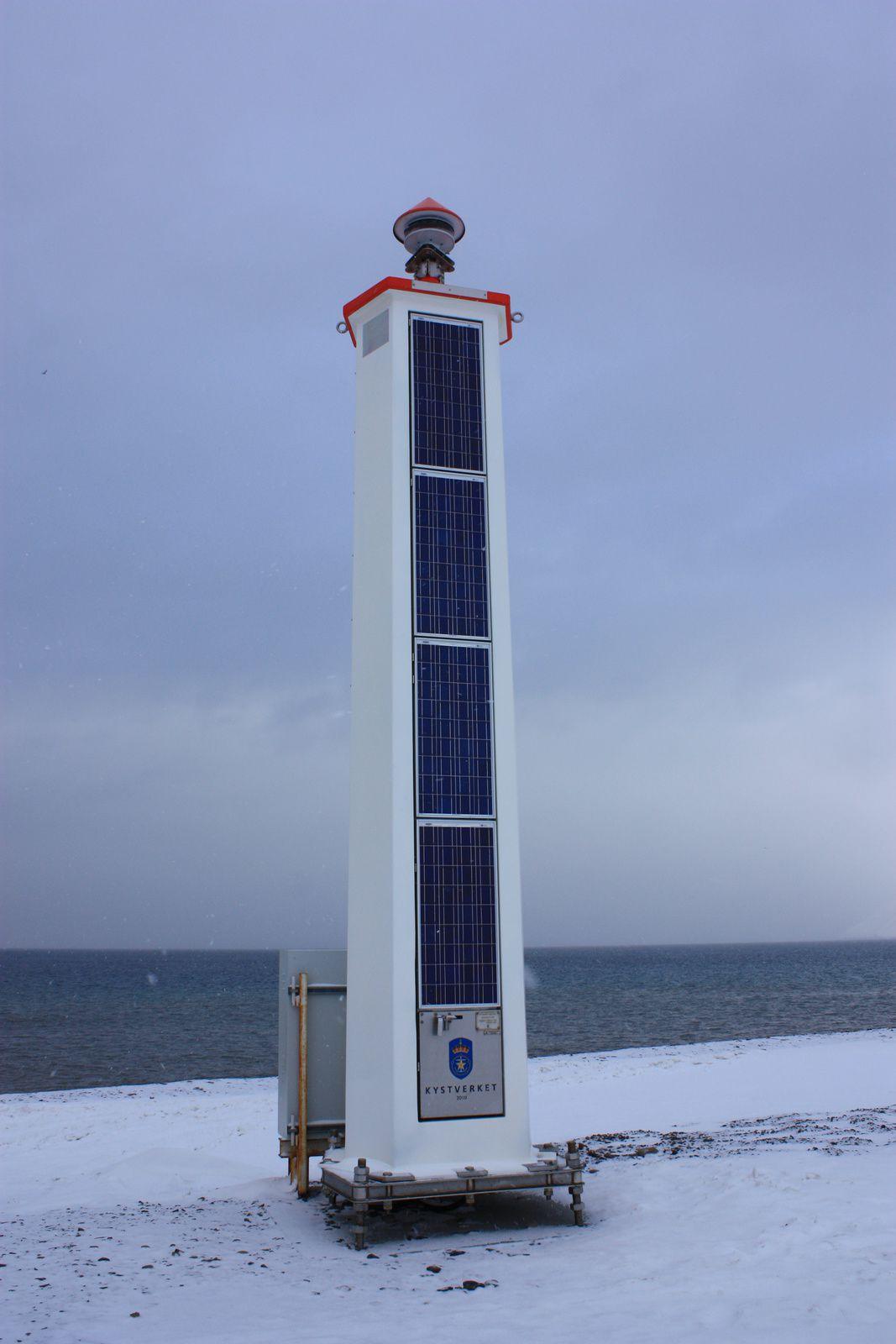 à côté du phare, un 2e phare avec des panneaux solaires... non, vous ne rêvez pas !