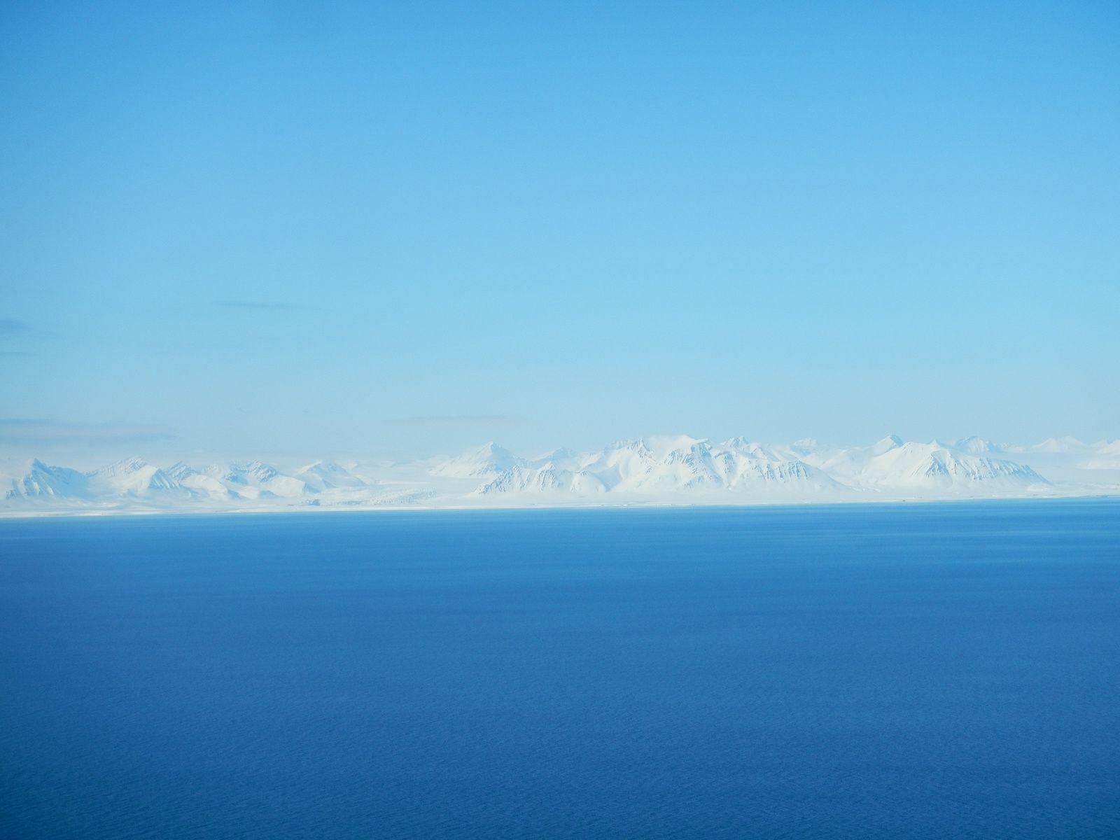 la vue en chemin, sur l'autre côté du fjord