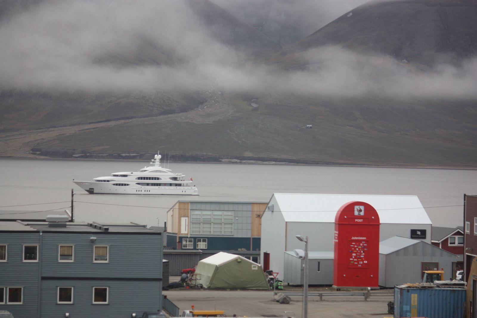 """une photo et 2 """"objets"""" qui n'ont pour moi rien à faire là : la boîte à lettres géante pour le Père Noël (= symbole du touriste stupide qui confond Svalbard et Disneyland) et le yacht géant (symbole du touriste à la richesse ostentatoire qui pense posséder le monde)"""
