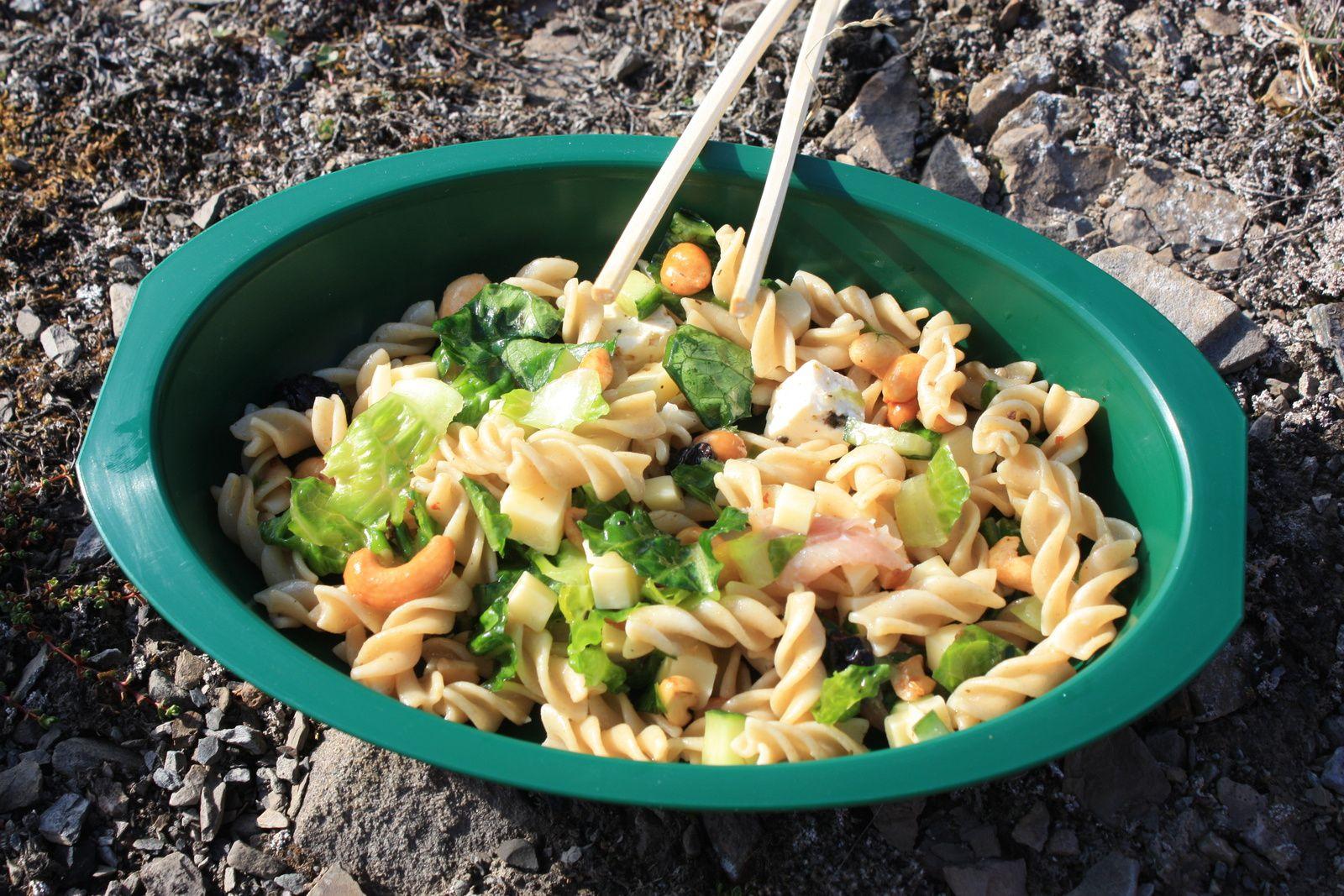 luxueuse salade de pâtes dans une belle assiette en plus et une belle vue... trop de bonheur !