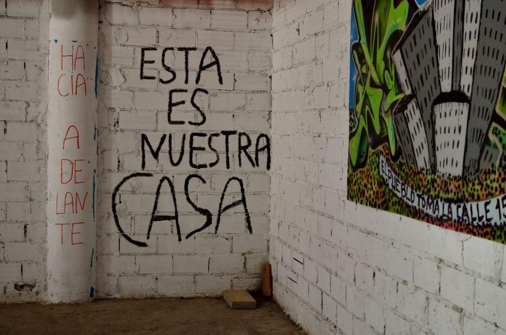 « Ceci est notre maison » : un slogan dans le garage où les voisines préparent leurs actions