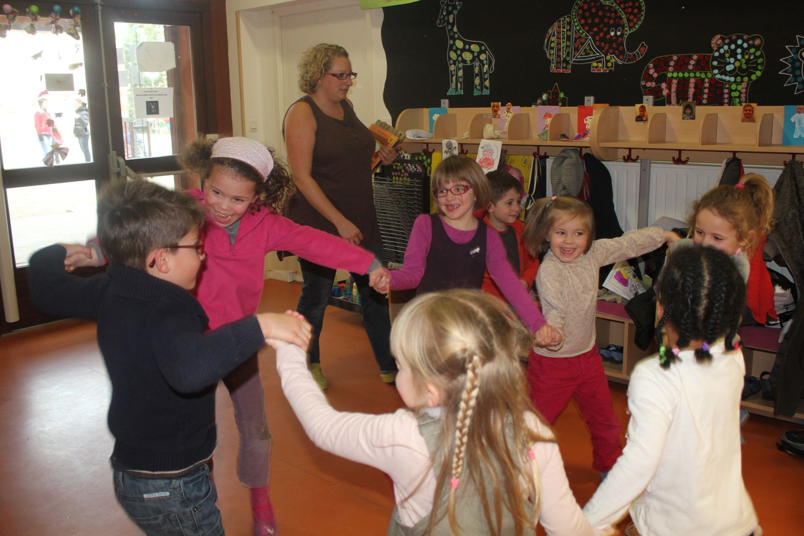 ON DANSE ET ON CREE UN SPECTACLE ....on assaie, on reflechit, on recommence, on assemble, on partage.