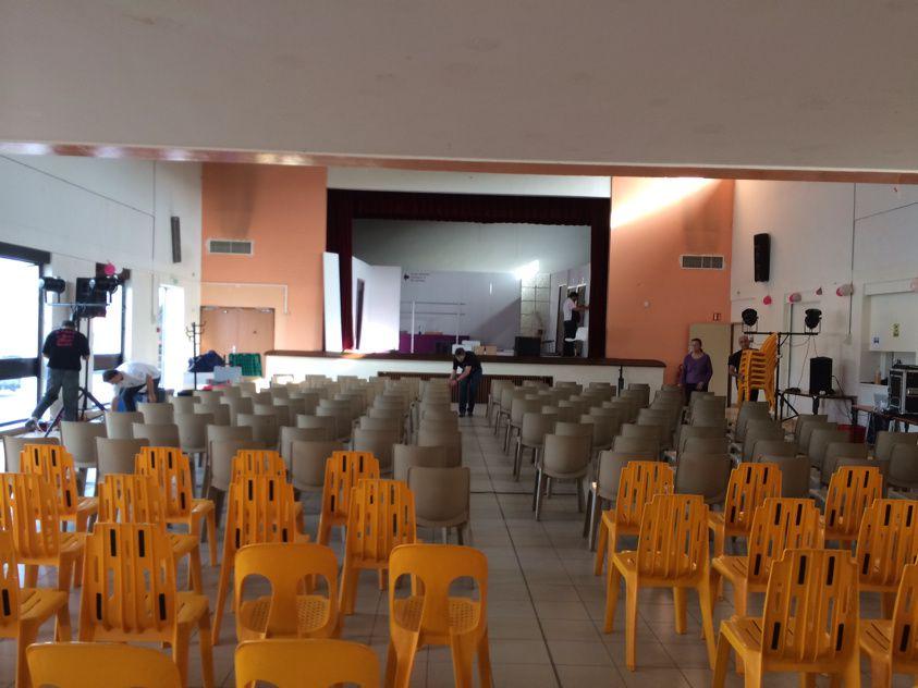 La salle est pleine ... de chaises