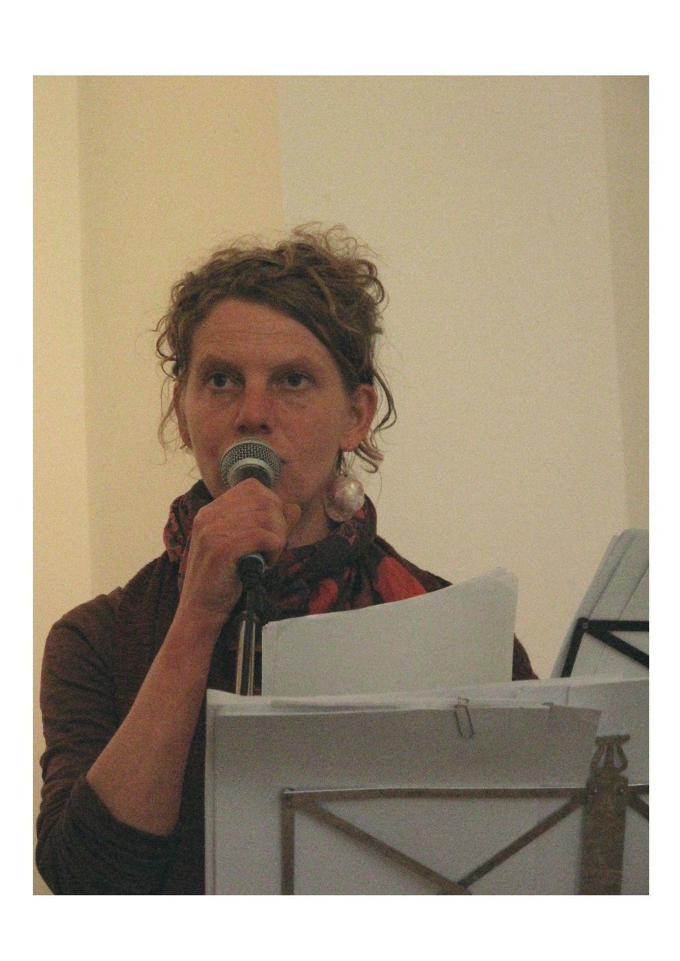 """Marie Tavera """"Je dessineet j'écris, dans la vie comme je peux. Je lis mestextesou ceux des autres, à Genève où je vis et ailleurs où je vais. Quelques poèmes publiés : éd.LeMiel de l'Ours, 2008 ; revue """"La couleur desJours, 2011."""""""