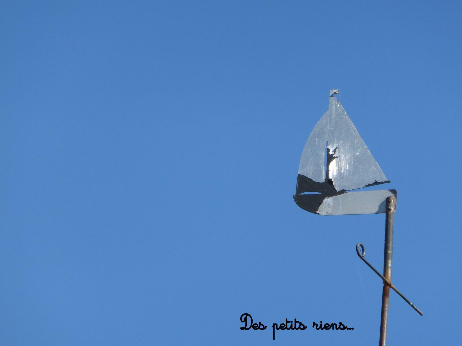 Un beau ciel bleu, notre girouette pour commencer la balade...