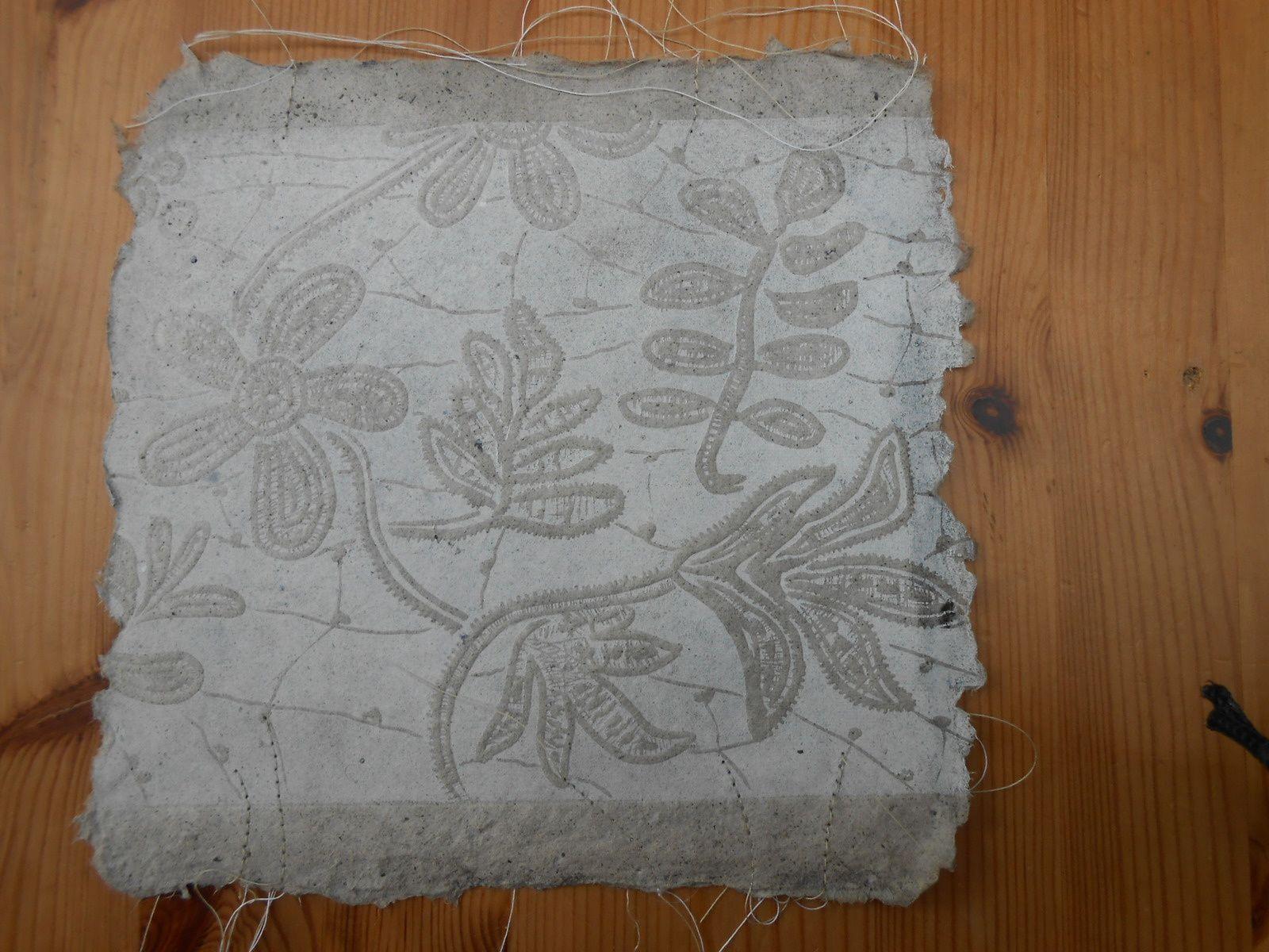 Linogravures en patchwork  de broderies d'après Jaouenn (Quimper) sur papier de chanvre teinté au jus de morta noir , inclusions de fibres brutes de lin, chanvre, ramie .........