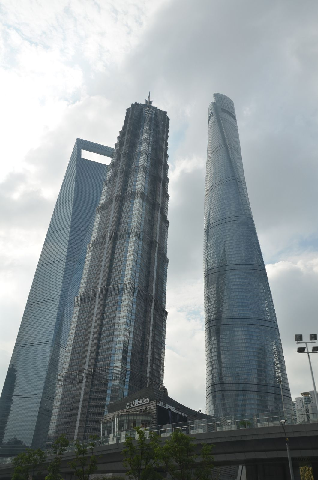 De gauche à droite : Shanghai World Financial Center (490 m), Jin Mao Tower (420 m) et Shanghai Tower (630 m)