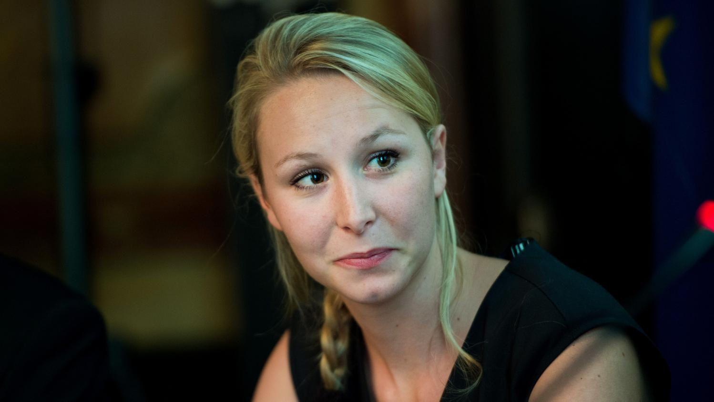 En plus d'être d'extrême droite Marion Marechal Le Pen a cette tête de fille pas très maline qui ajoute à la transgression