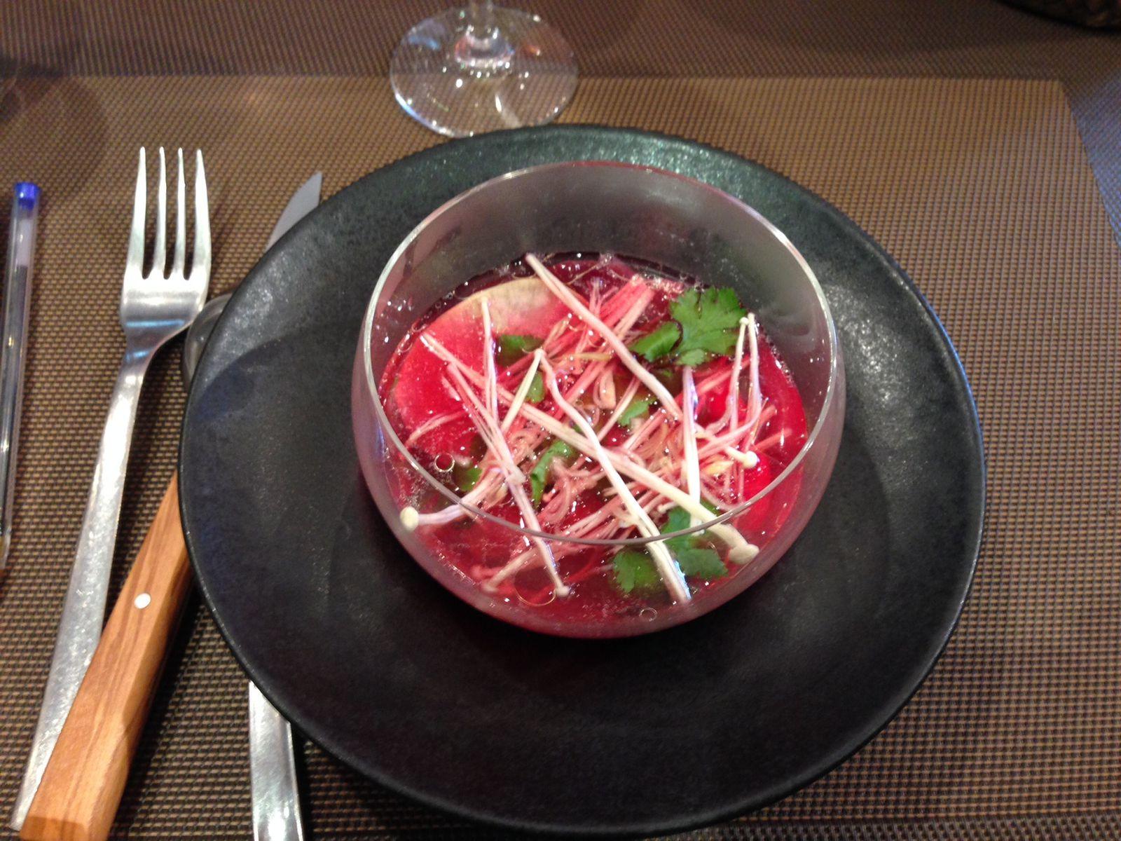 L'entrée est servie. Un bouillon de canard, navet, raves et champignons nagent dans ce joli liquide rosé… Ca sent bon… et c'est bon !