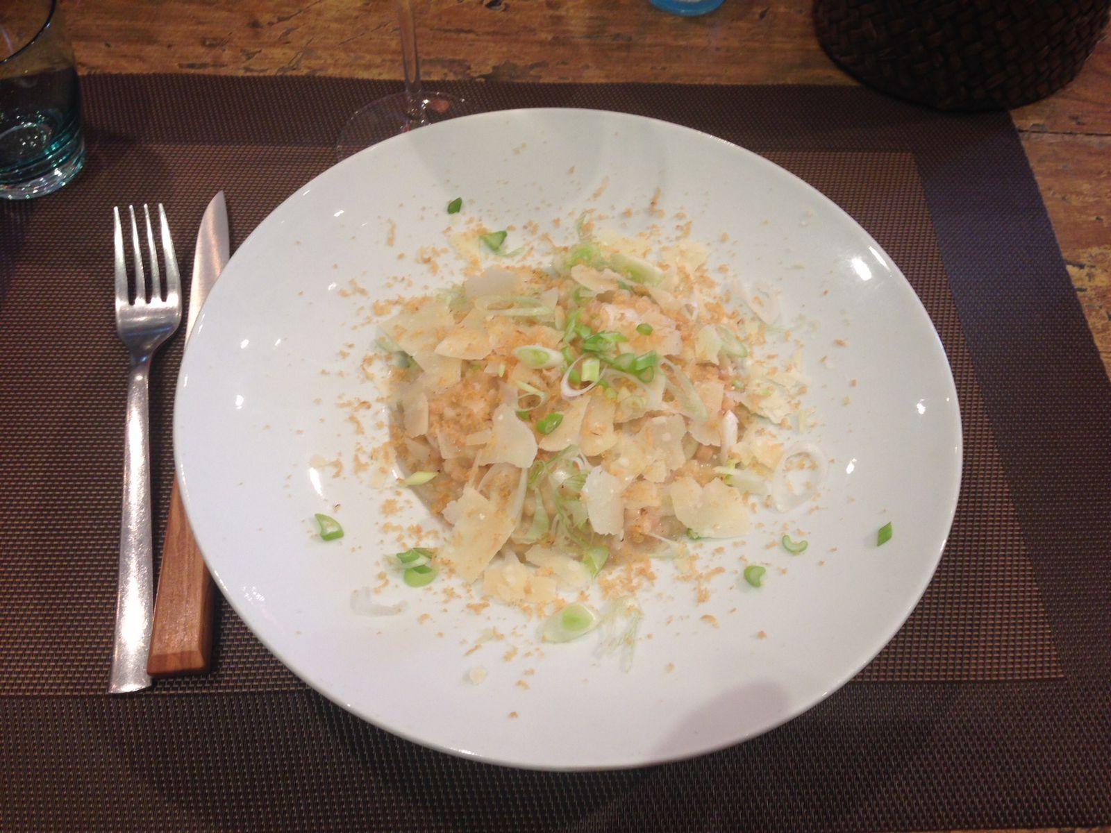 C'est au tour du plat. Fregola façon risotto, oignon frais, poutargue et parmesan.