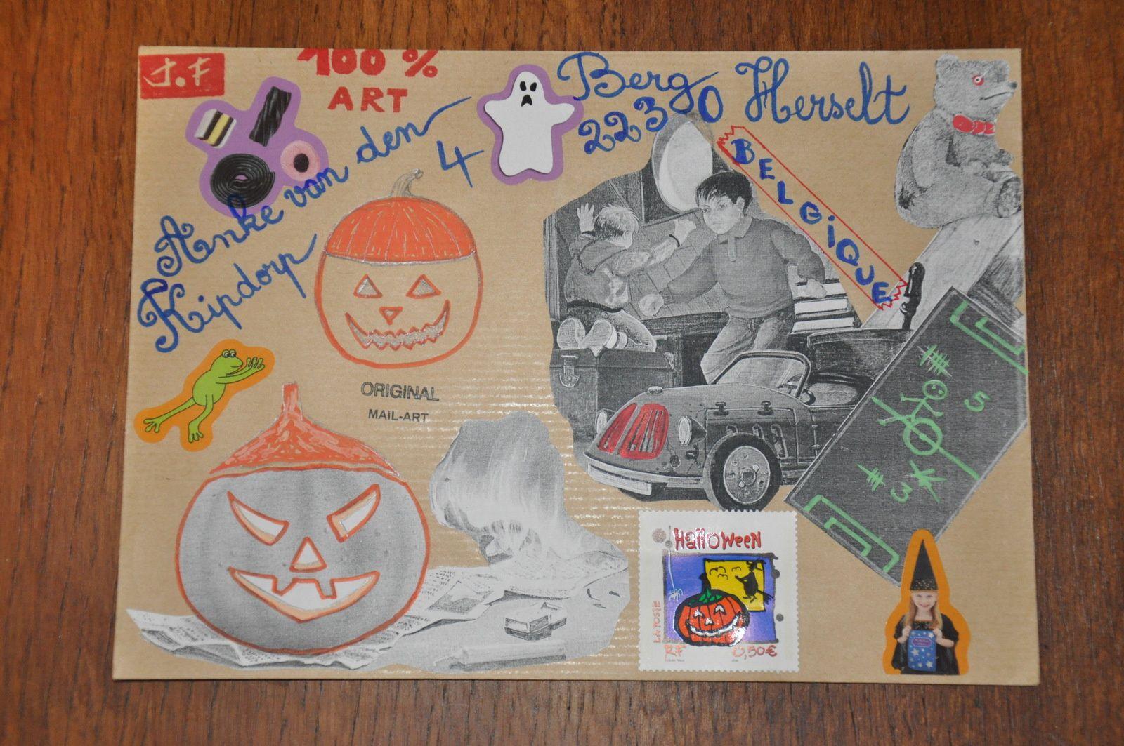 Voici pour Anke van den Berg en BELGIQUE une enveloppe Halloween et deux A.T.C.
