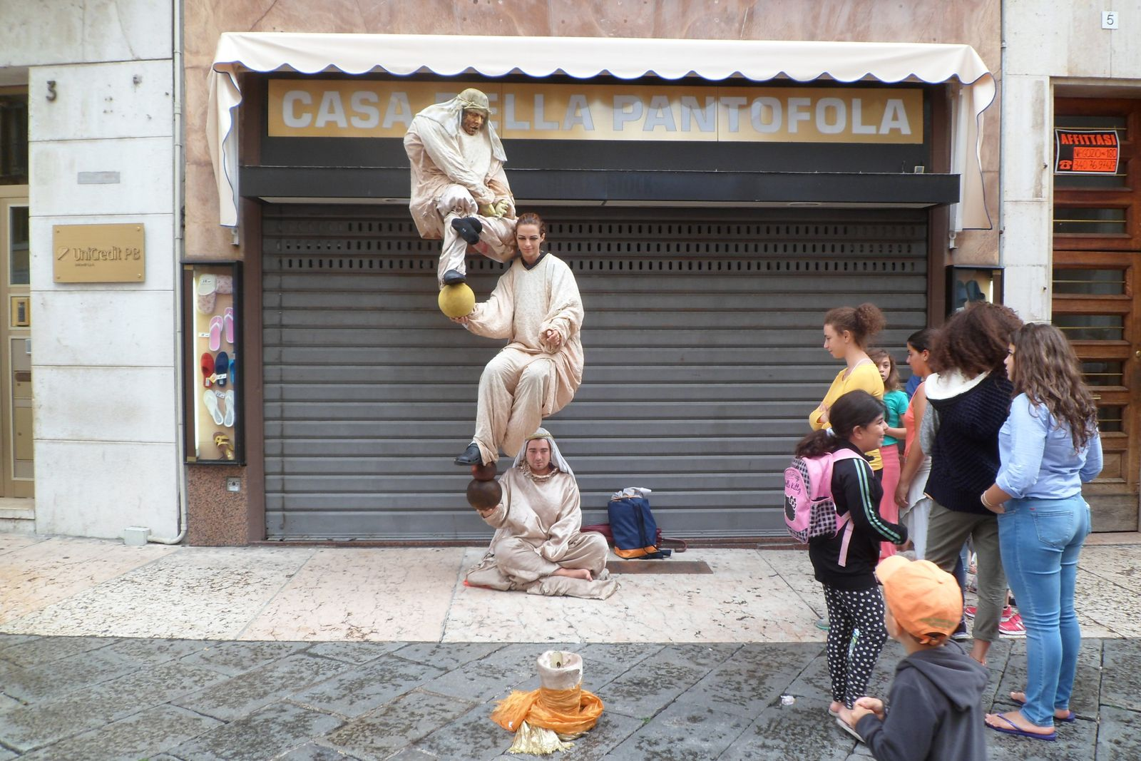 ce que j'ai vu dans plusieurs villes italiennes, un personnage reposant, dans une immobilité parfaite, sur la main d'un autre personnage&#x3B; mais là, ils sont trois à jouer les poupées russes!!!!