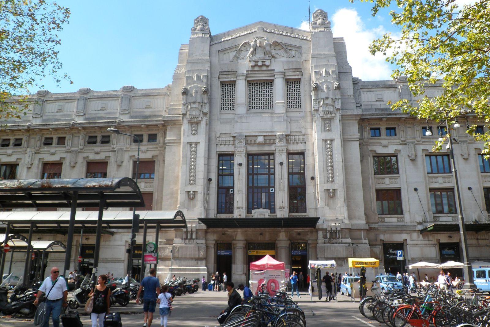la façade de la gare de milan, hénaurme, dans toute sa grandiloquence mussolinienne