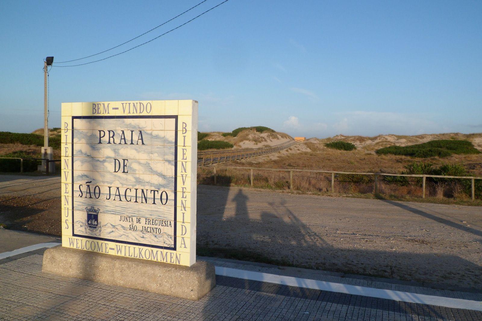 sur le bateau, je discute avec un portugais qui me recommande de camper près de la plage de sao jacinto, ce que je fais