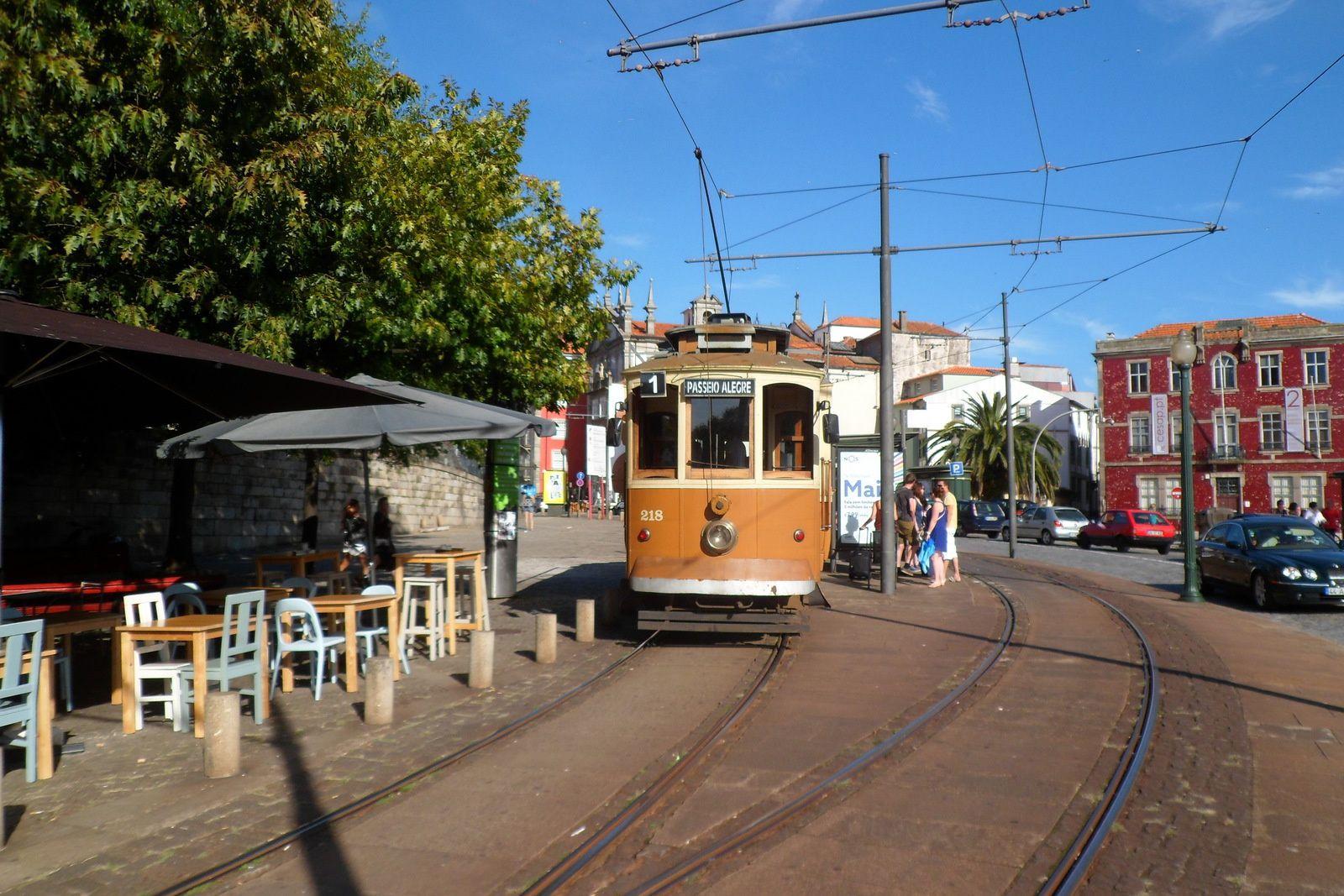 alors qu'un autre tramway, bien plus ancie, permet de sortir de porto
