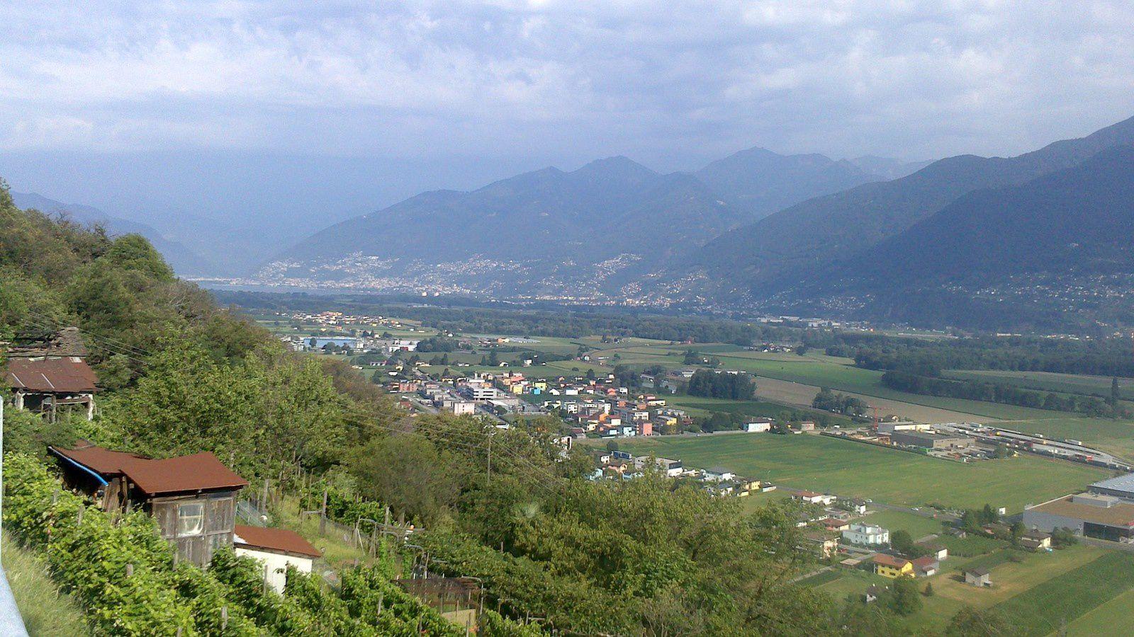 """après une nuit de repos près du Ticino à Bellizonna (pour l'anecdote, il existe un camping à Bellizonna, j'y ai demandé le tarif pour une nuit, on m'a répondu avec un grand sourire """"30 euros"""", à ce prix là, j'ai préféré sans regrets une aire de jeu près de la rivière"""