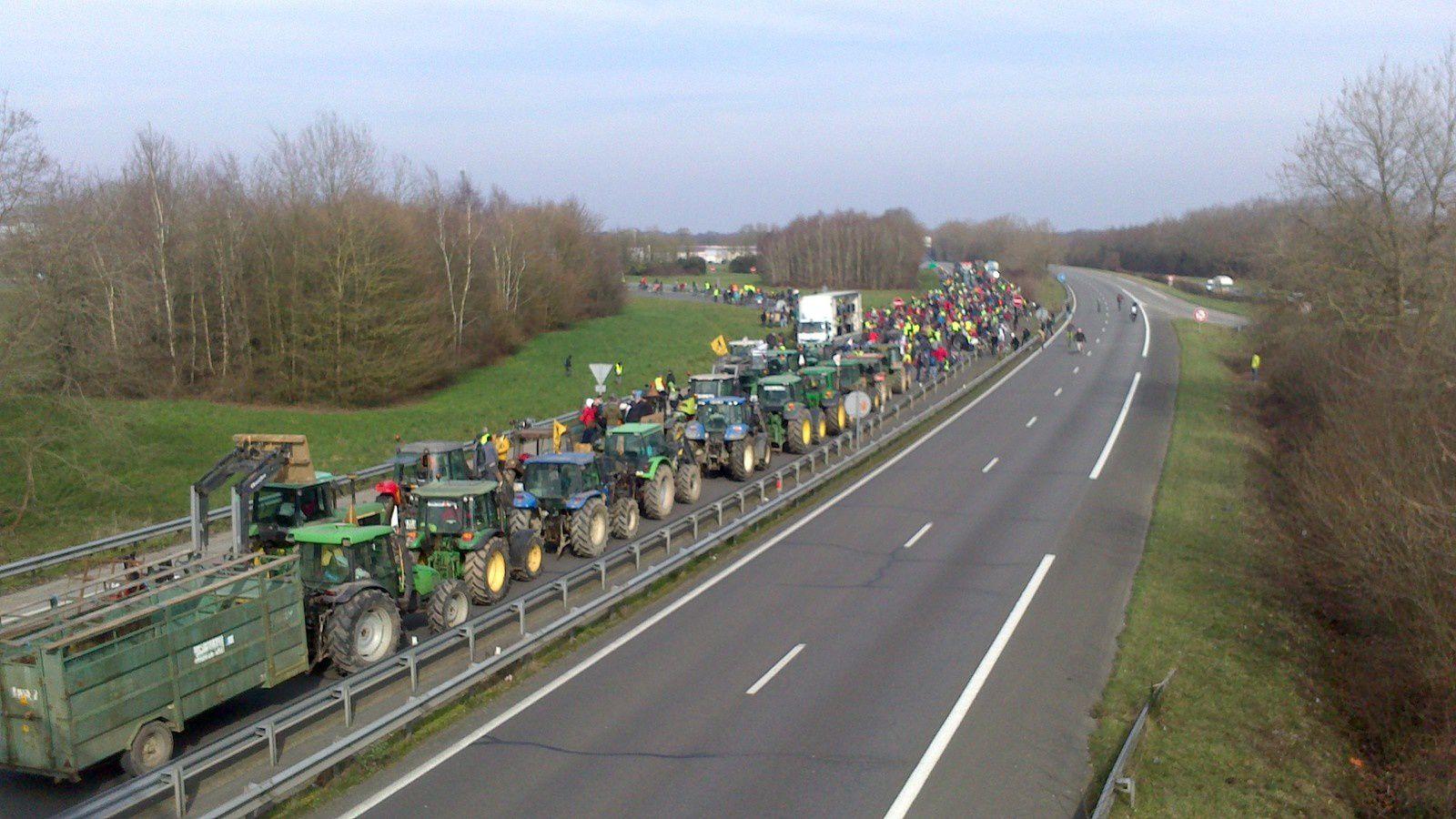 """il est plus de 10h du mat au lieu dit """"'lerrete"""", un premier rassemblement s'opère, composé de tracteurs et de vélos"""