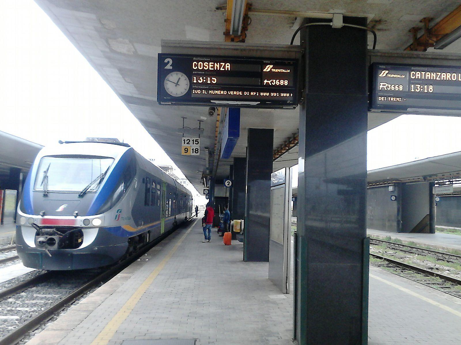 le train au depart de reggio de calabre, pour paola, avec changement dans cette gare pour napoli