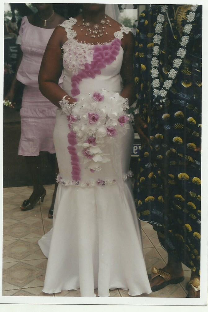 Robe De Mariage D&233cor&233 Avec Des Fleurs Collier En Perle Et Le ...