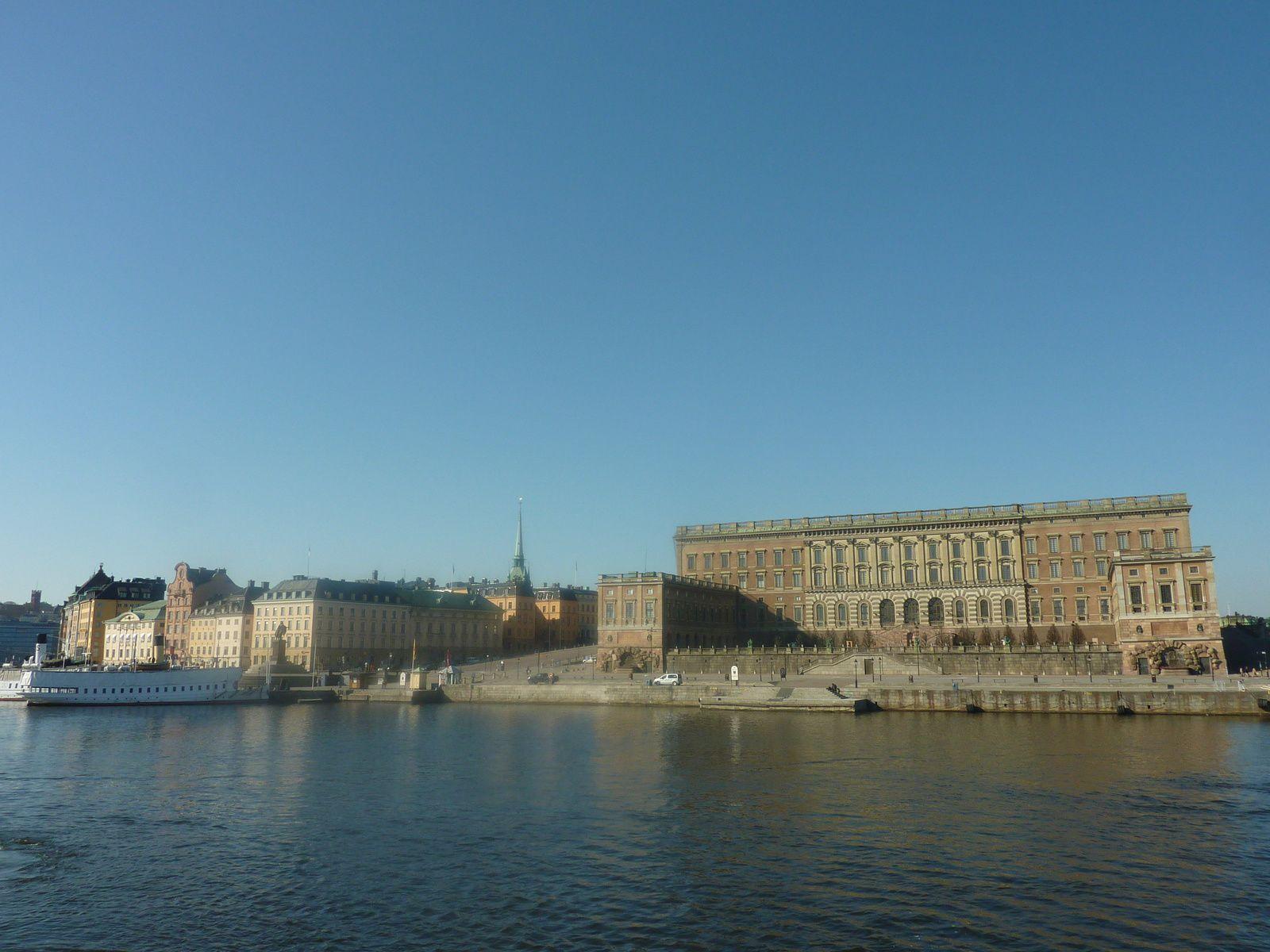 Le palais royal et la cathédrale sa voisine .