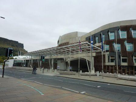 Le parlement tout récent (inauguré en 2004),  il témoigne de la renaissance de le nation écossaise car il accueille  le Parlement qui a été concédé aux Écossais après le référendum de 1997.