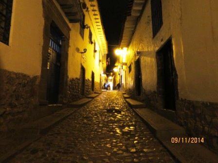 Les vendeuses de jus de fruit à l'entrée du marché et un peu de Cuzco la nuit