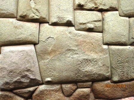 Cette grosse pierre taillée par les INCAS  est très photographié à cause de ses 12 angles.Mais savez vous les compter?