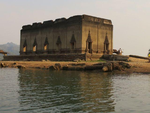 Le temple aux eaux basses du barrage