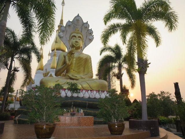 le temple moderne de Wat Tham Khuu Ha