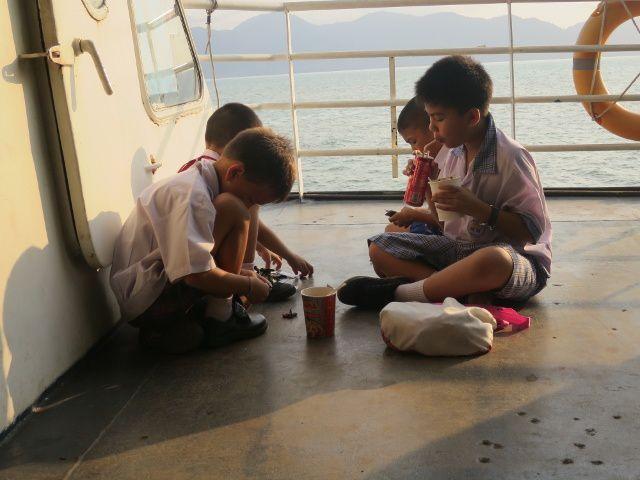Notre magnifique Ferry,pour 1h de traversée. Sur le pont des enfants s'amusent.