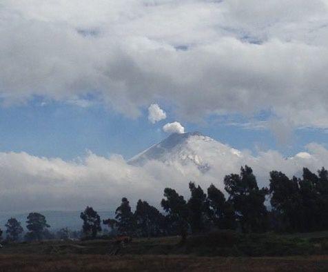 Enfin le volcan COTOPAXI, visible du bus qui nous mène à Quito
