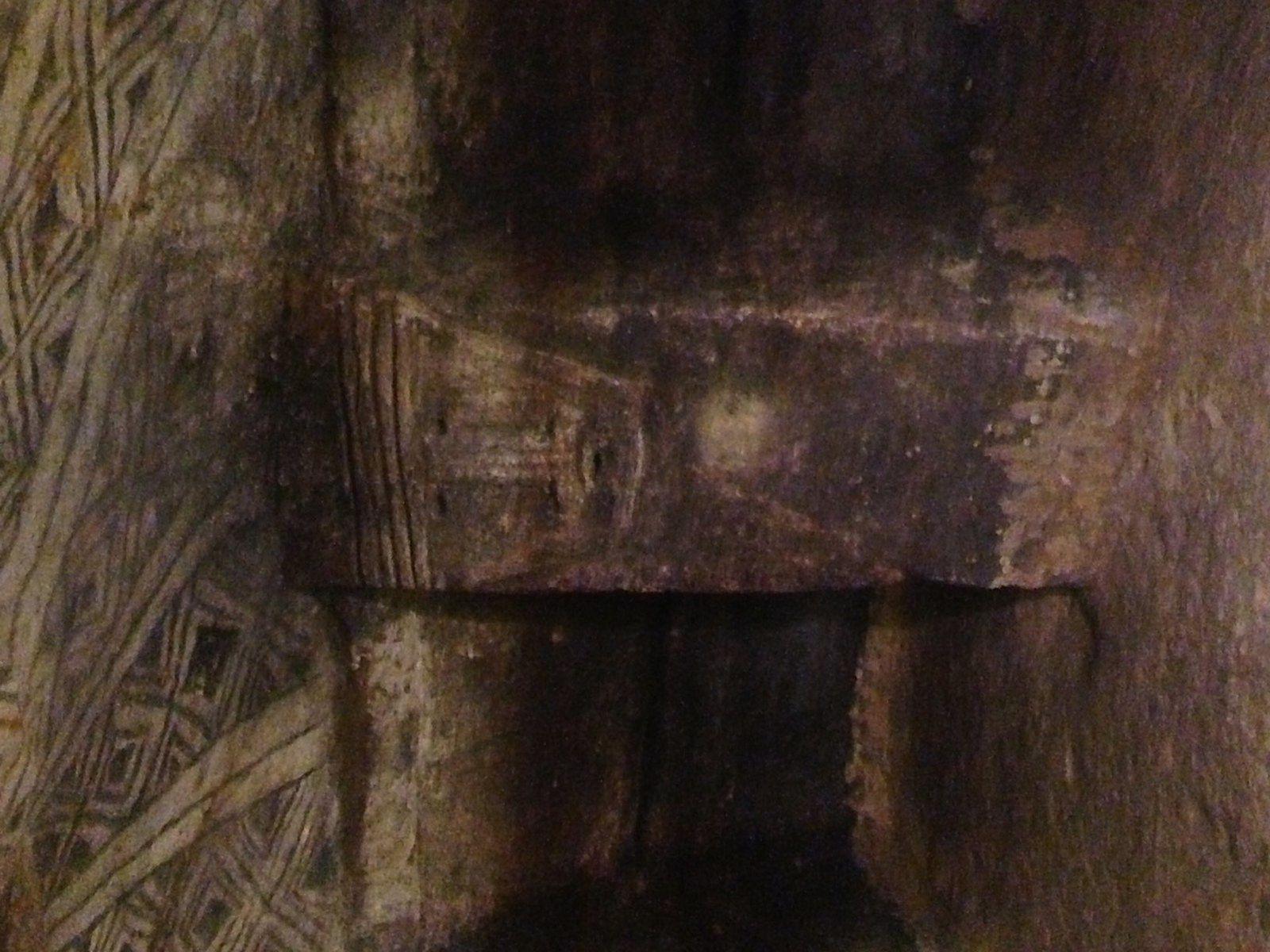 Les tombes creusées à plus de 4 m du sol , dans la roche dure.