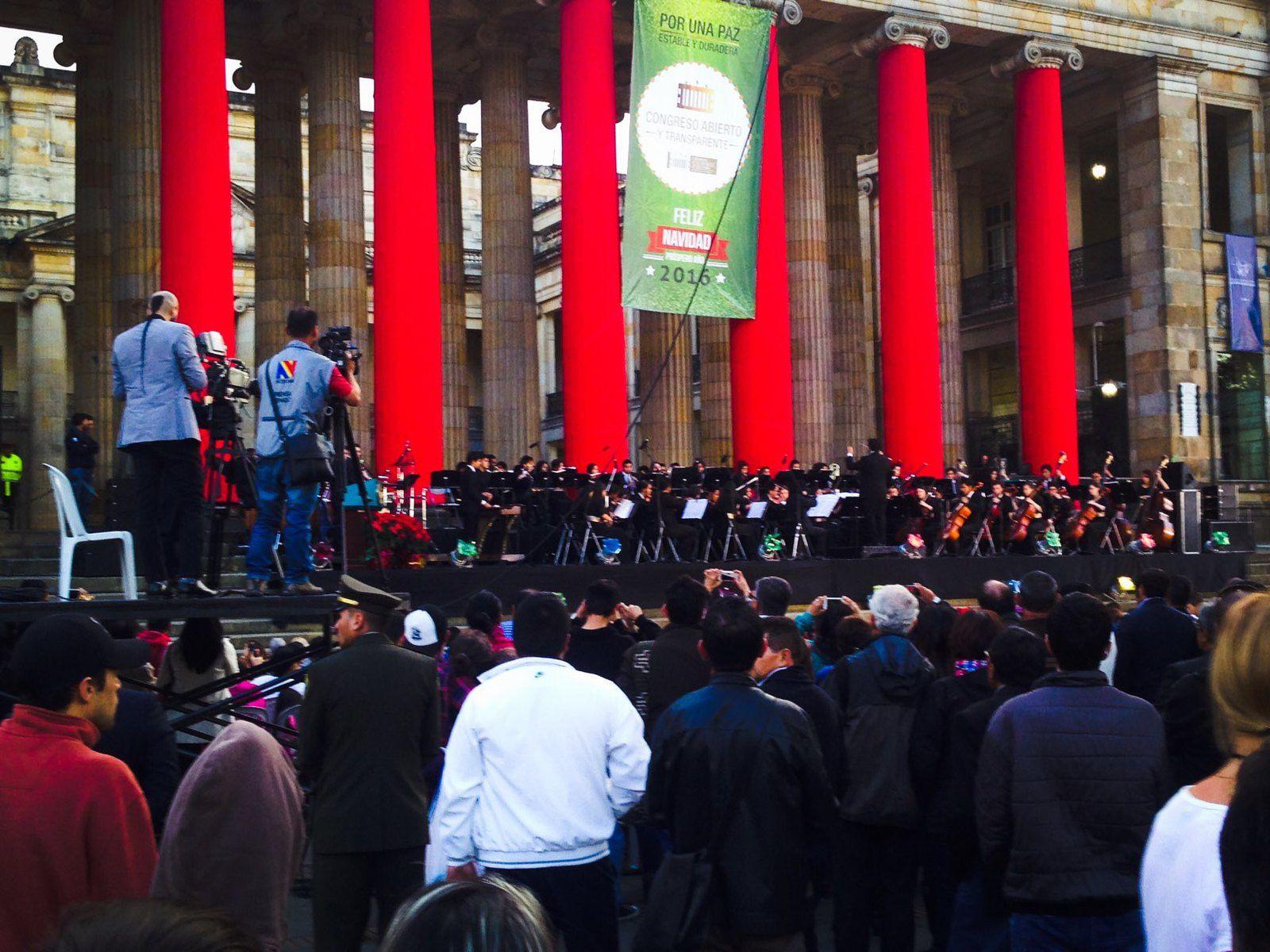 Sur la grande Plaza Mayor la Cathédrale et un orchestre  philharmonique. Dommage de ne pas pouvoir l'écouter un moment sans cette pression.