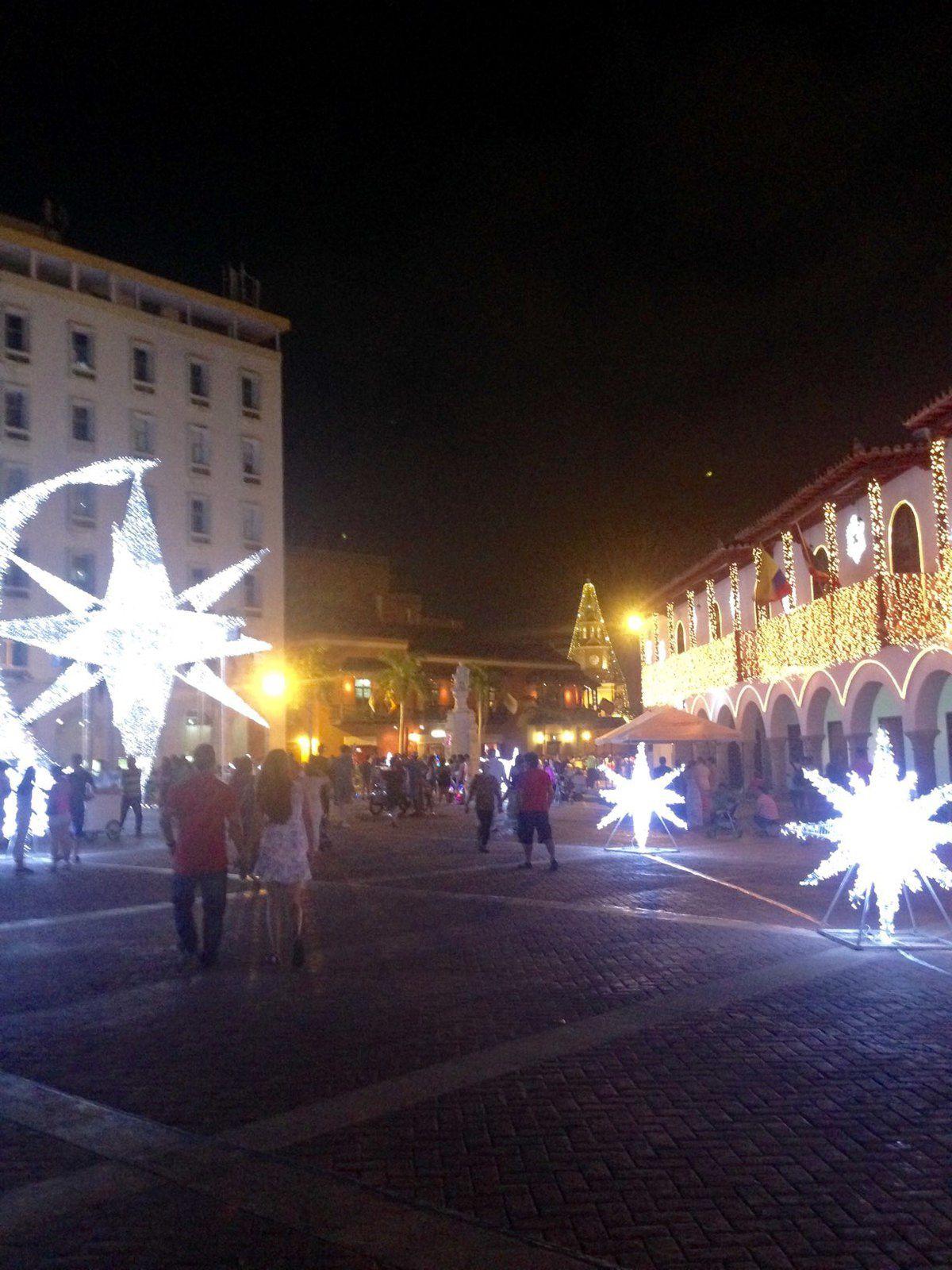 Les décorations de Noël, illuminent la vieille ville.ov