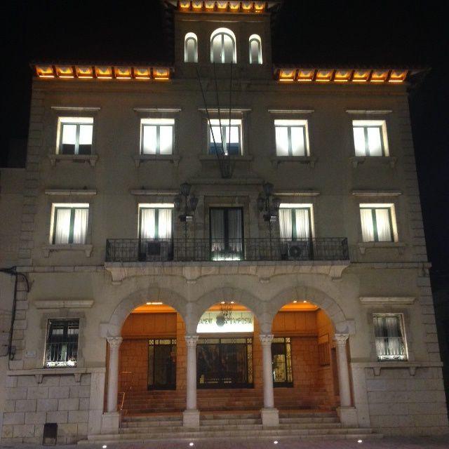 La mairie, s'illumine la nuit sur une petite place où trône juste face l'église. Mais où sont passés Don Camillo et Peppone?