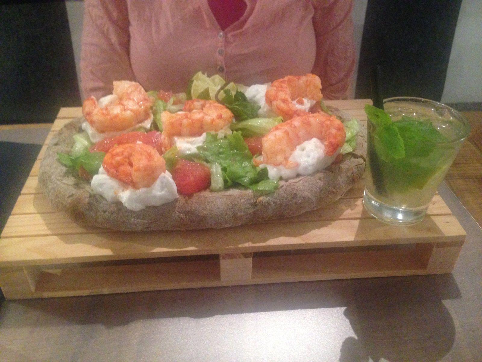 La pizza d'Helene servi avec un morjito. Exceptionnelle non?.Les crevettes ont étaient flambées au rhum et posées sur un nid de crème fouettée.