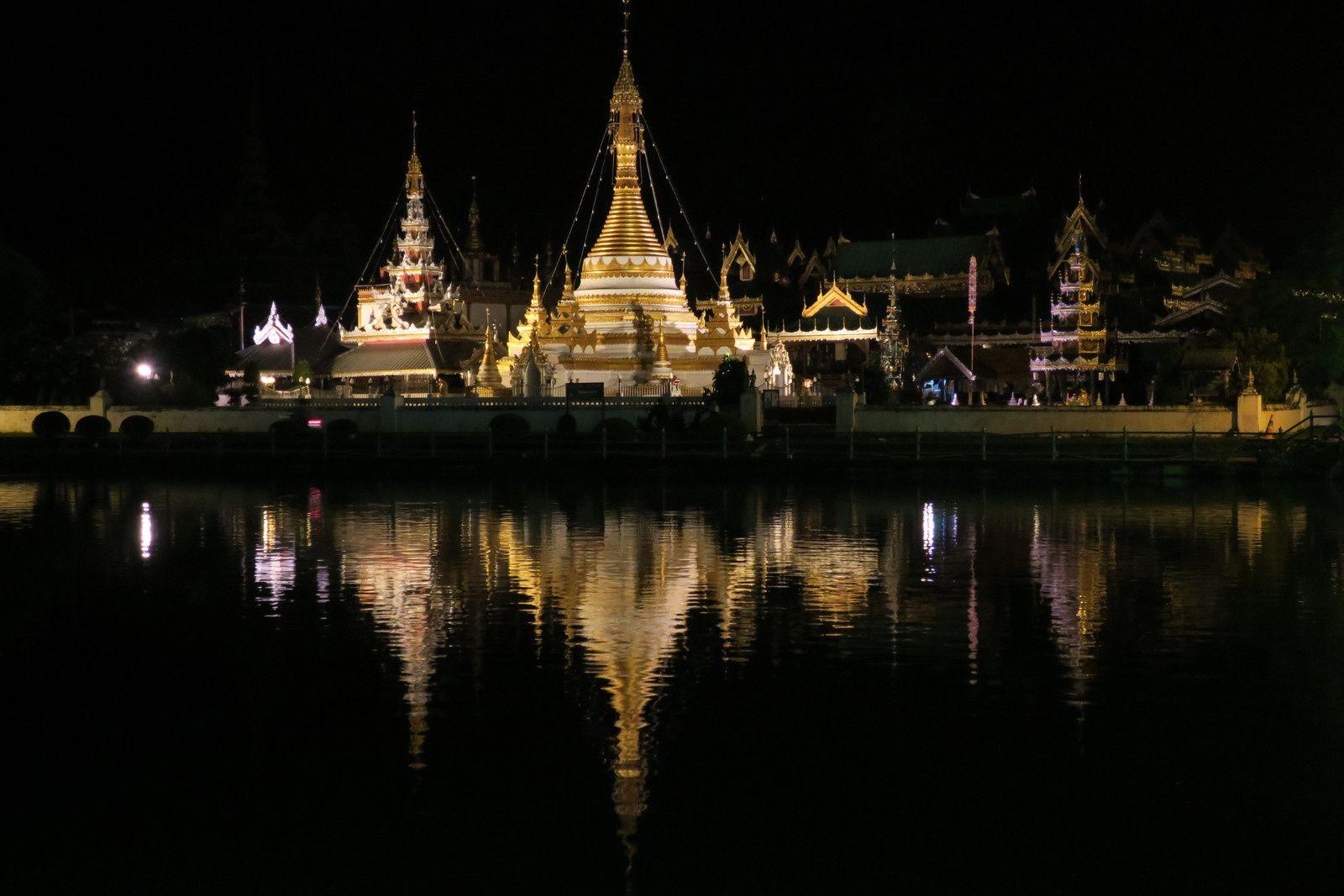 Le Wat Chiang Klang au bord du lac