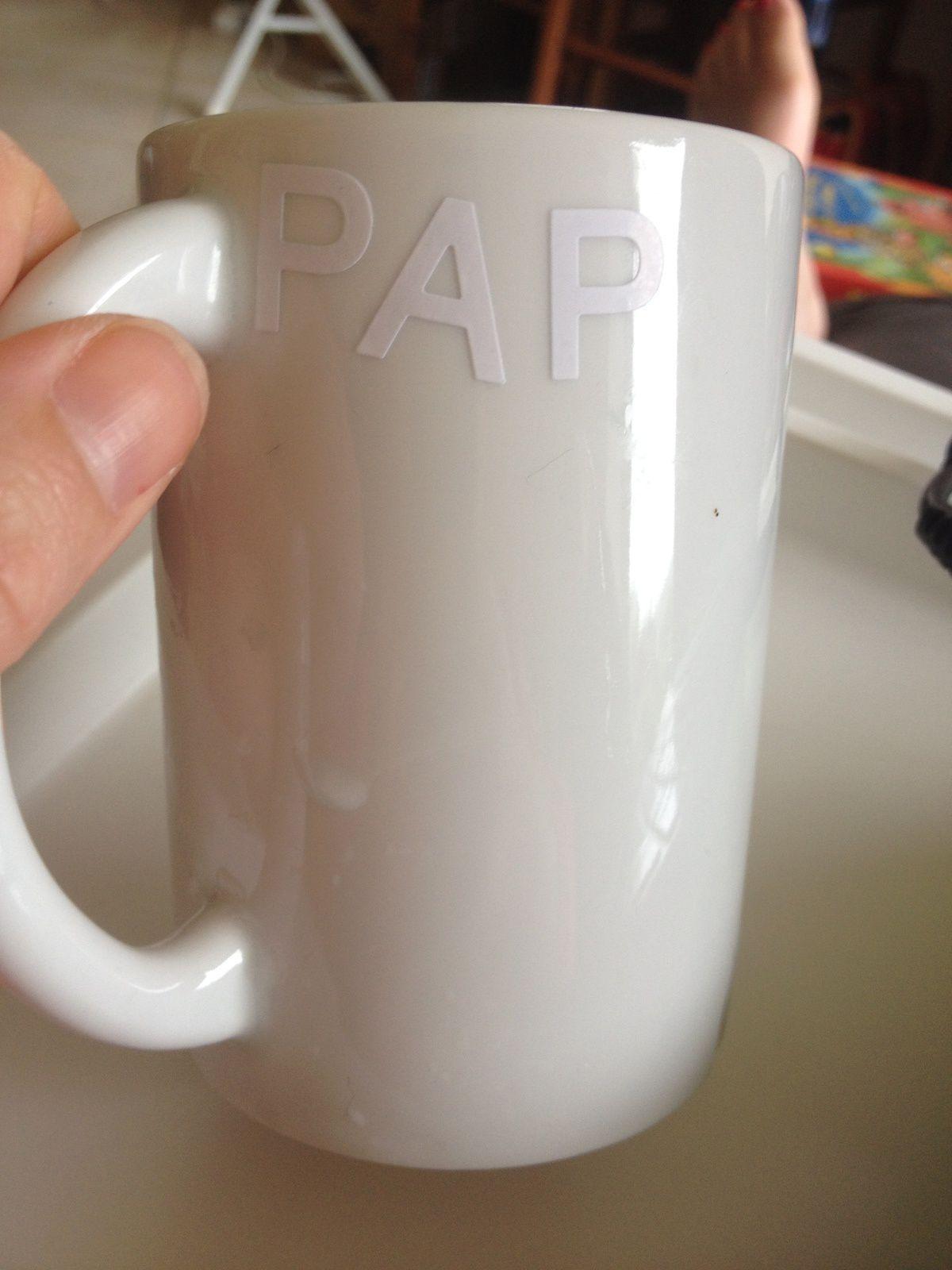 Pour la fête des pères, un classique et simple  :    La tasse décorée par les enfants.  Matériel :  tasse porcelaine blanche  crayons feutres marqueurs  autocollants