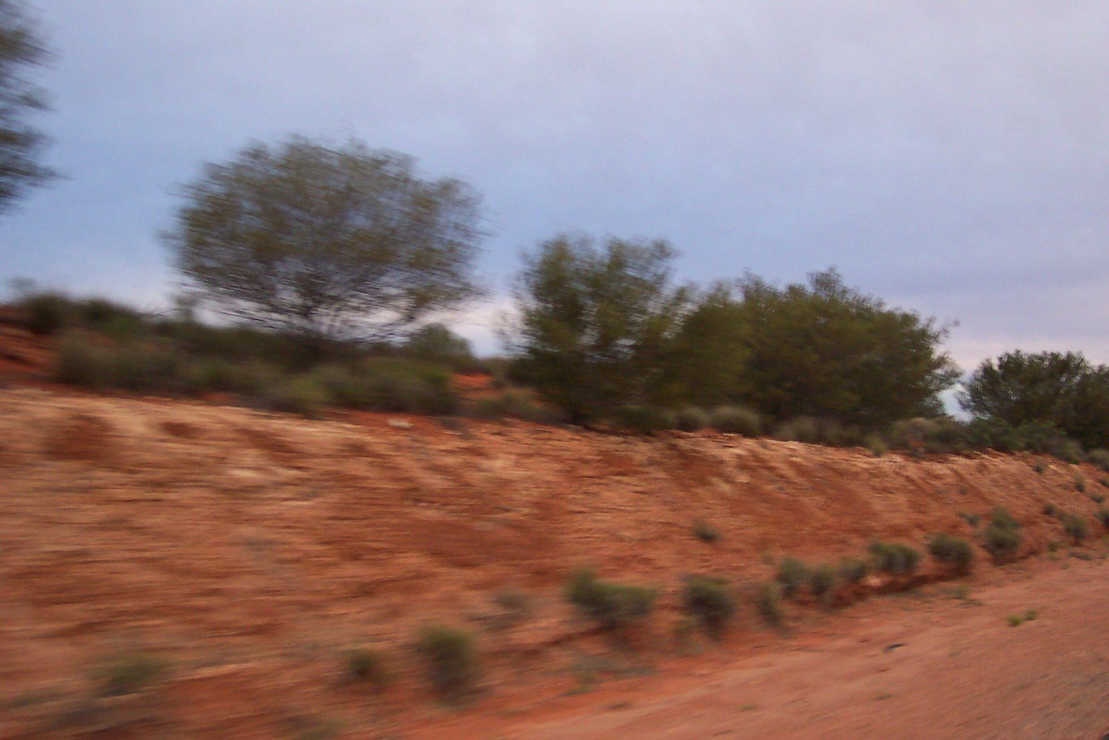 Sur la route qui mène à Alice Spring, en partant de Darwin, pendant notre road trip Australie 2004. charlotteblabla