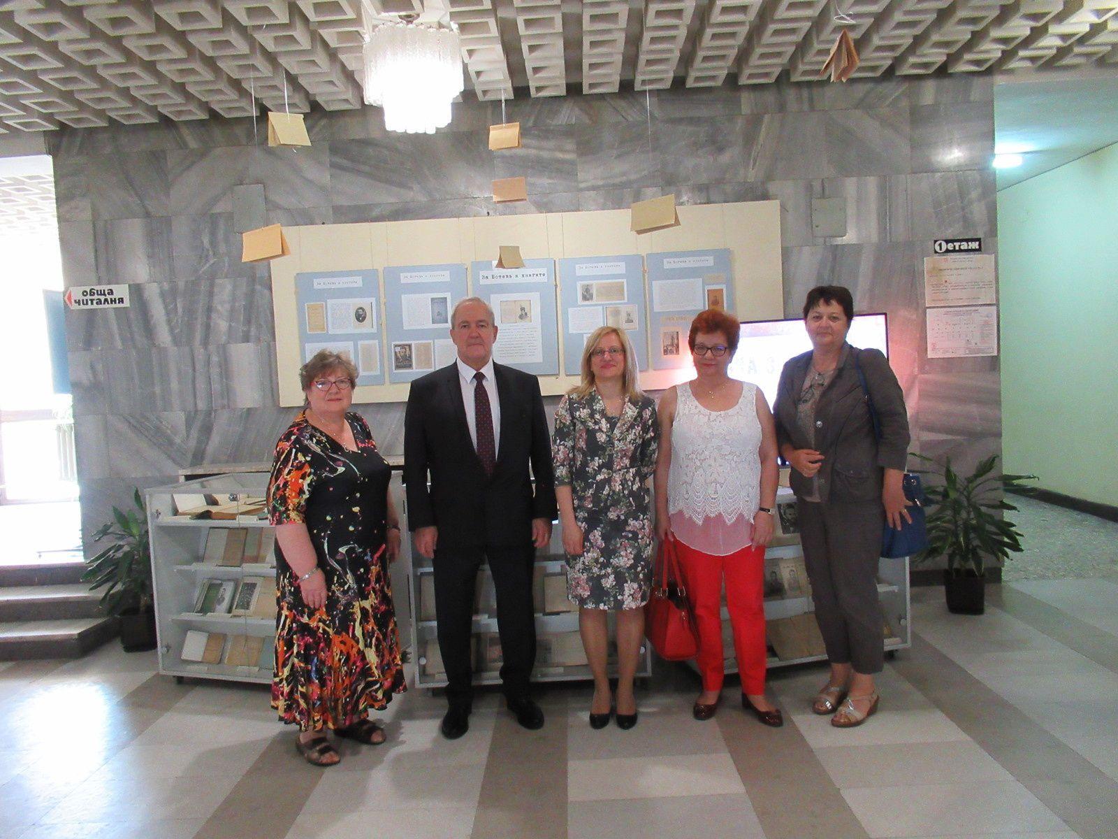 Exposition sur Hristo BOTEV avec des ouvrages prêtés par la Roumanie et d'autres pays, à la bibliothèque régionale de Vratsa dirigée par Sylvia