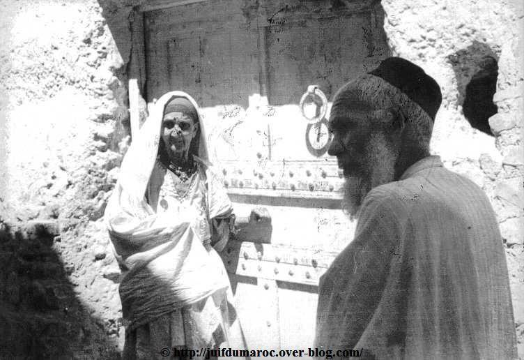 L'aïeule Asséraf et son fils lsaac. devant la maison où a séjourné Le Père de Foucault en 1883
