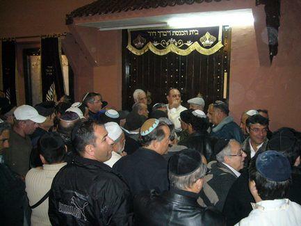 La foule s'amasse devant la synagogue.