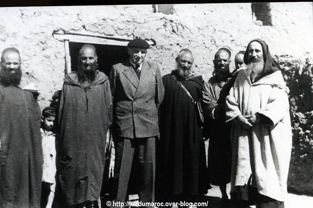 Notables juifs de Oulad Mansour - Jeunes filles au tissage . 1950