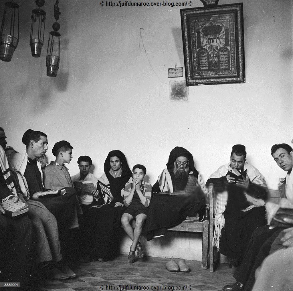 Prière dans une synagogue du mellah de Marrakech - 1955