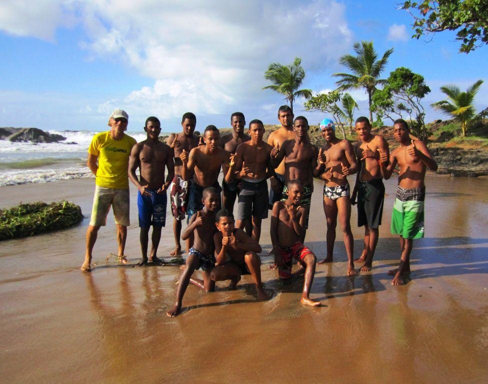 Les nageurs de la première vague prennent la pose avec Didier Lehénaff, le président de SVPlanète, avant de se jeter à l'eau.