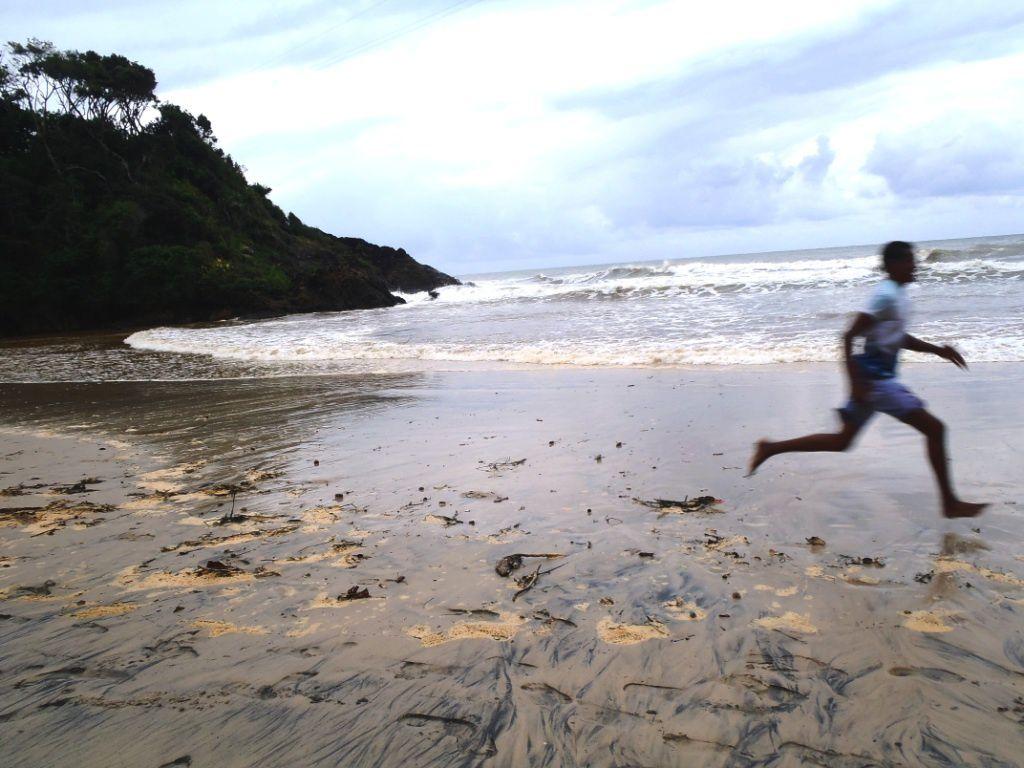 """L'épreuve la plus """"courue"""" des Eco-Games Brésil chaque année est la course à pied des plages, une course de 3.5km traversant les 6 plages de la ville: Coroinha, Concha, Resende, Tiririca, Costa et Ribeira. Le parcours alterne pavés, terre et sable, et les paysages (comme l'allure des participants) sont à couper le souffle..."""